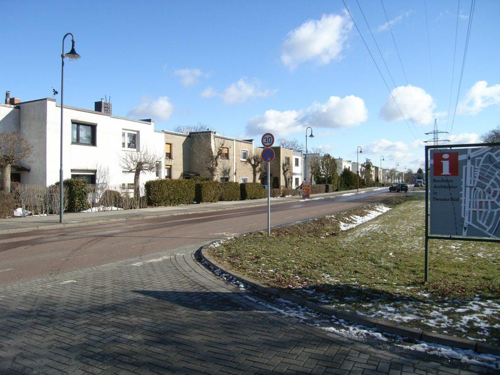 Blick auf eine Siedlung mit maximal zwei Stockwerken und kastenförmigen Bauten mit Flachdach.